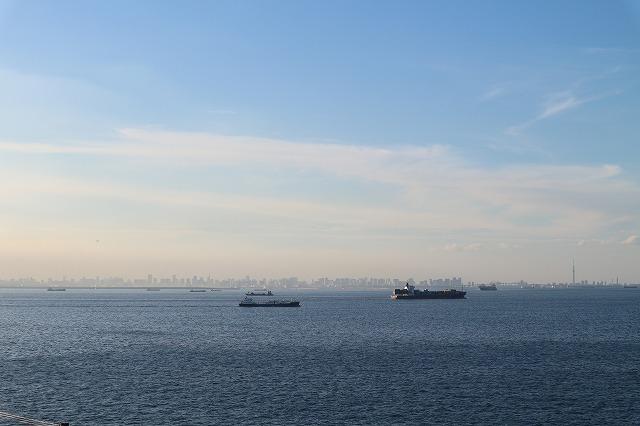 海ほたるから東京方面を望む