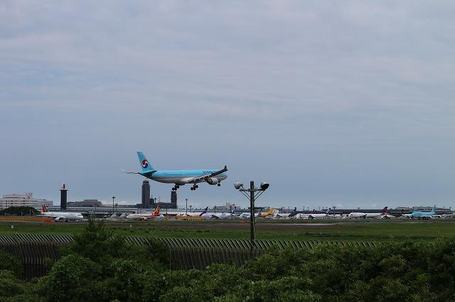 成田空港A滑走路へ着陸する旅客機