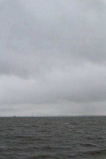 養老川臨海公園_雨で、幕張方面がかすんで見える