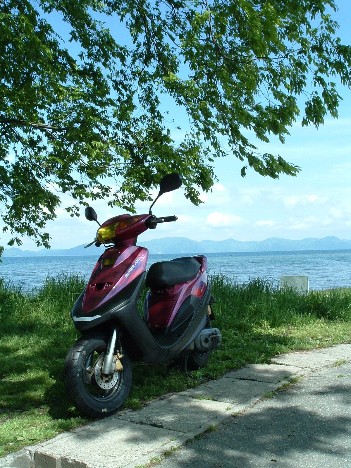 愛車 SUPER JOG ZR 猪苗代湖を背景に。