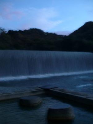 肘折温泉の足湯とダム