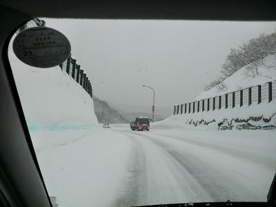 月山道路 雪積もってます