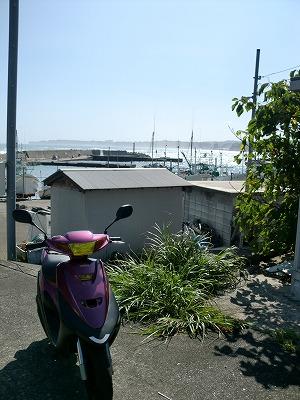 御宿の漁港を背景に JOG ZR70