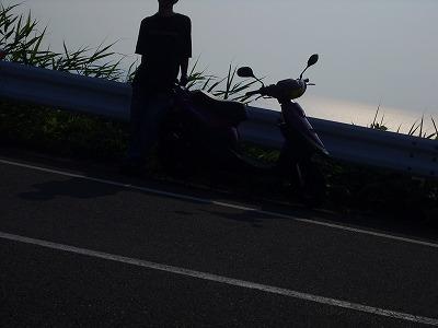 ガードレール越しに日本海をバックに。撮影失敗。